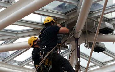 1-alpinisten-abseiltechnieken-installatiewerk-monteren-op-hoogte