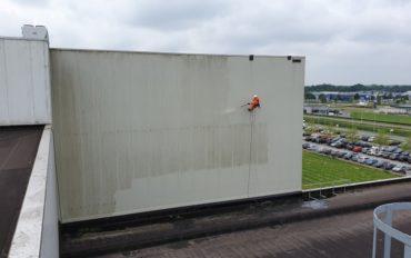 2 Gevelreiniging op hoogte door Abseiltechnieken rope access