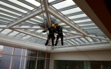2 alpinisten abseiltechnieken installatiewerk monteren op hoogte