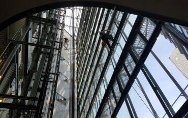 5 Abseiltechnieken rope access Dolmans atrium reiniging Delft