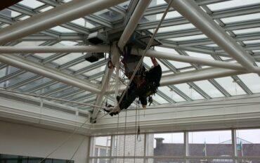 5 alpinisten abseiltechnieken installatiewerk monteren op hoogte