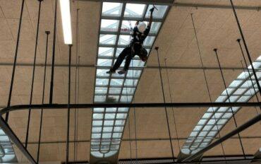 2 Abseilttechnieken ramenbewassing Stationspostgebouw Den Haag